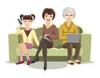 Sitzende Frauen auf Couch mit Geräten Stockbilder