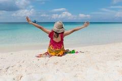 Sitzende Frauen und Handfreiheit am Strand Lizenzfreie Stockfotos