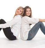Sitzende Freunde Stockfoto