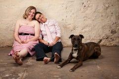 Sitzende Freunde mit Hund lizenzfreies stockfoto