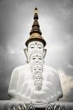Sitzende große Buddha-Statuen bei Wat Pha Sorn Kaew Stockfoto