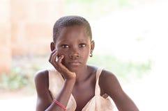 Sitzende Hand des Mädchens unter Kinn lizenzfreie stockbilder