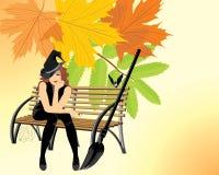 Sitzende Hexe auf der hölzernen Bank. Halloween-Karte Stockfoto