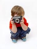 Sitzende Jungen- und Fotokamera Stockfotos