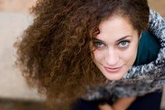 Sitzende lächelnde junge Frau stockfotografie