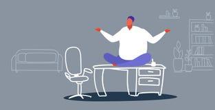 Sitzende Lotoshaltung des fetten Geschäftsmannfreiberuflers auf dem beleibten Geschäftsmann des Tabellenarbeitsplatzschreibtische lizenzfreie abbildung