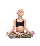 Sitzende Lotosstellung des kleinen Mädchens lizenzfreie stockfotos