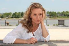Sitzende Ufergegend der Frau Lizenzfreies Stockfoto