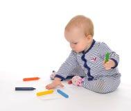 Sitzende Zeichnungsmalerei des Säuglingskinderbabykleinkindes mit Farbpet Stockfoto