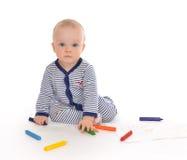 Sitzende Zeichnungsmalerei des Säuglingskinderbabykleinkindes mit Farbpet Stockbild