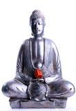 Sitzender Buddha mit roter Blume Lizenzfreie Stockfotografie