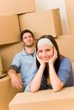 Sitzender Fußboden der beweglichen neuen jungen Hauptpaare lizenzfreie stockfotos