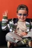 Sitzender Junge mit der Hand oben lizenzfreie stockfotografie