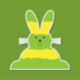 Sitzender lächelnder grünliches Gelb Osterhase Stockfoto
