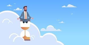 Sitzender Lotussitz des Geschäftsmannes auf Sanduhr in meditierendem Yoga des Himmelzeitmanagement-Fristenkonzept-Geschäftsmann vektor abbildung