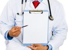 sitzender männlicher Doktor, der ein leeres Klemmbrett hält lizenzfreies stockbild