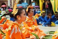 Sitzender Teilnehmer an verschiedene Kostüme des Straßentänzers stockbild