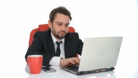 Sitzendes Arbeiten des Geschäftsmannes an seinem Laptop stock video footage