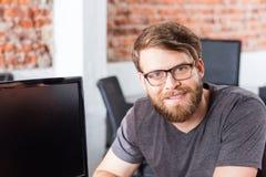 Sitzendes Bürolächeln des Manngesichtes, zufälliger Geschäftsmann Lizenzfreie Stockfotografie