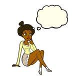 sitzendes Denken der attraktiven Frau der Karikatur mit Gedankenblase Lizenzfreie Stockfotografie