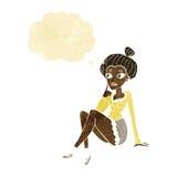 sitzendes Denken der attraktiven Frau der Karikatur mit Gedankenblase Stockbild