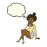 sitzendes Denken der attraktiven Frau der Karikatur mit Gedankenblase Stockfoto