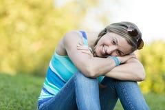 Sitzendes Denken der jungen Frau in der Natur Lizenzfreie Stockbilder