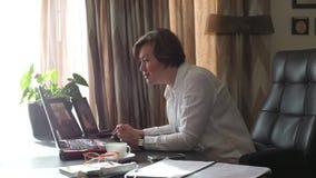 Sitzendes Gestikulieren der Frau am Computer stock video
