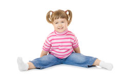Sitzendes lustiges kleines Mädchen Stockbilder