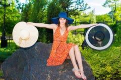 Sitzendes Mädchen auf dem Stein Lizenzfreies Stockfoto