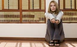 Sitzendes Mädchen des Fußbodens Lizenzfreie Stockbilder