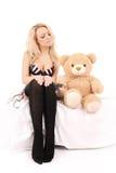 Sitzendes Mädchen mit einem Spielzeugbären Stockfoto