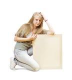 Sitzendes Mädchen mit leerem Plakat Lizenzfreies Stockfoto