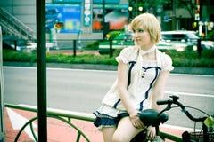 Sitzendes Mädchen in Tokyo, Shibuya Lizenzfreie Stockfotografie
