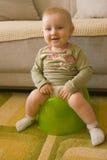 Sitzendes Schätzchen auf potty Stockfoto