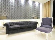 Sitzenraum mit Sofa Stockfotografie