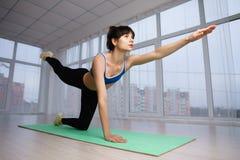 Sitzfrau, die isometrische Übung während des Trainings tut stockfotos