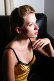 Sitzfrau im Profil Stockfotos