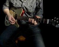 Sitzgitarrist im Studio Stockbilder