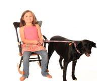Sitzmädchen auf Weiß mit Schwarzweiss-Hund Lizenzfreie Stockfotos