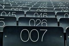 Sitznummer 007 in einem Vorlesungssal Stockbild