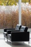 Sitzplätze durch ein Fenster Lizenzfreies Stockfoto
