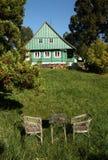 Sitzplätze vor Häuschen Stockfotos