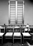 Sitzreihe unter einem Fenster Stockfoto