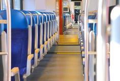 Sitzreihen in einem Schienenfahrzeug. Lizenzfreie Stockbilder