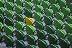 Sitzreihen in einem Stadion mit verwitterten Stühlen stockbild