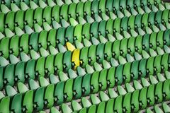 Sitzreihen in einem Stadion mit verwitterten Stühlen lizenzfreie stockfotografie