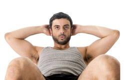 Sitzt das tragende laufende Kleidungshandeln des attraktiven lateinischen Sportmannes oben oder knirscht stockfoto