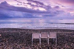 Sitzt dem Strand in Larnaka vor Lizenzfreie Stockfotos