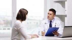 Sitzung Doktors und der jungen Frau am Krankenhaus stock video